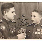 Маслёнок Дмитрий Арсентьевич (слева). Фото 1943 г.