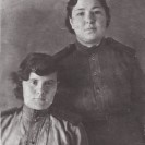 Гуртовая Тамара Львовна (сидит) с подругой Исаевой Анной 1944 г.